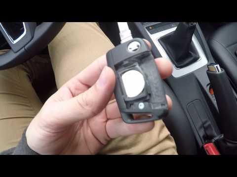 видео: Замена батарейки в заводском ключе Шкода Октавия А7