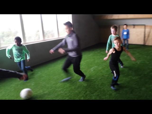 voetballen op het indoorspeelparadijs