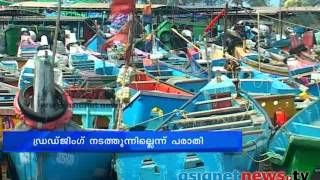 Fishing boat destroyed in Kannur Mappila port :Kannur News: Chuttuvattom
