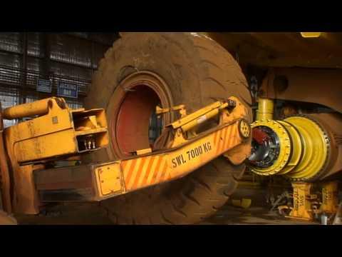 Komatsu 830E tyre change