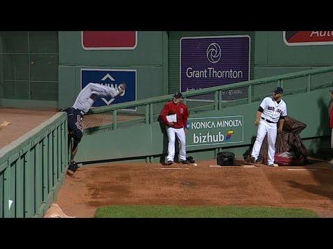Jackson flips over the wall to rob a homer