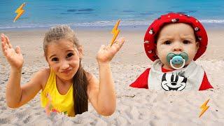 Аня и папа веселятся вместе на пляже