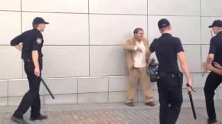 Полиция против неадеквата с ножом.