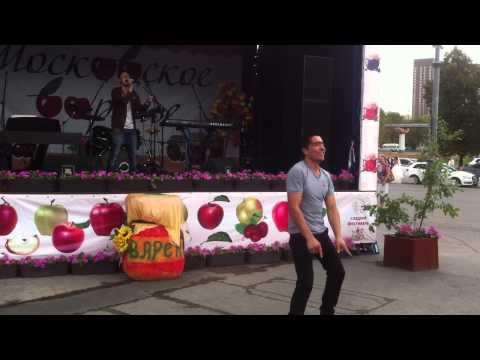 Таджик прикольно танцует!