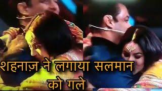 Gambar cover Bigg boss 13: Shehnaaz Gill hugs and kisses Salman Khan on stage