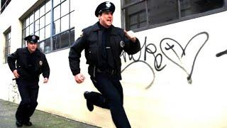 Таджик защищает своих земляков от полицейских