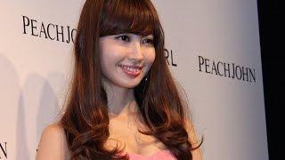 人気アイドルグループ「AKB48」の小嶋陽菜さんが10月29日、東京都内で行われた女性用下着通販「PEACH JOHN(ピーチ・ジョン)」主催のイベントに登場。何度も話題に ...
