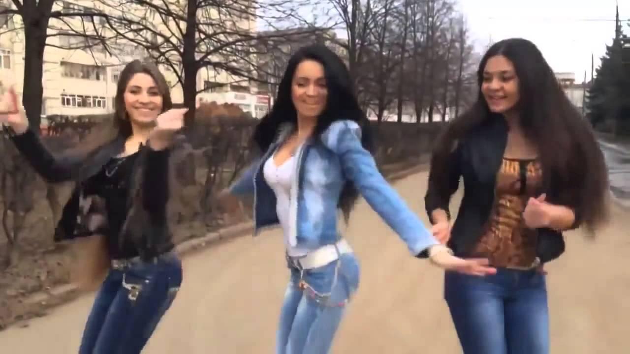 девочки танцуют на члене