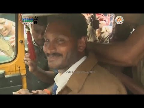 YS Jagan with Auto drivers to support auto driver's familys