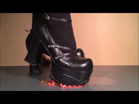 She crushed on strawberry by  lugged sole goth pumps. 靴底がギザギザのゴスロリパンプスで いちごをぐちゃぐちゃに踏み潰し