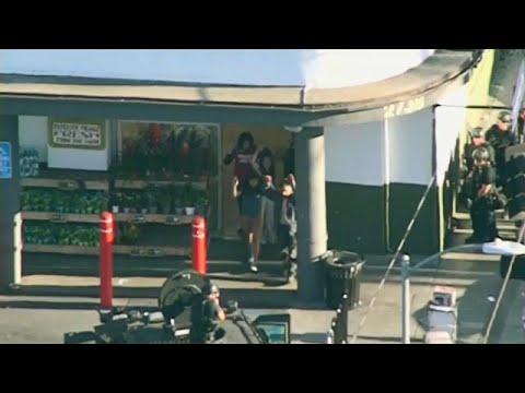 شاهد: الشرطة الأمريكية تعتقل رجلا مسلحا احتجز رهائن داخل متجر بلوس انجلس…  - نشر قبل 18 دقيقة