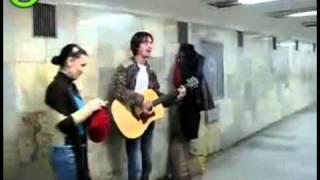 straatmuzikant kurt cobain look-a-like