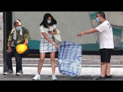 Migrant Worker Is Insulted at Bus Station | Social Experiment 女生嫌弃农民工气味难闻,路人:狗鼻子都不如你的好使(社会实验)