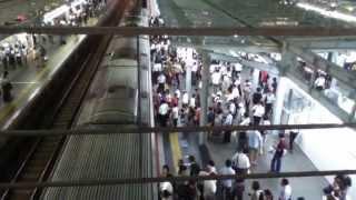 電車が到着する前から列になって並び、到着しても出る方を優先にして乗...