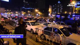 بالفيديو والصور.. وقفة سائقي التاكسي الأبيض تسبب شللا مروريا بشارع جامعة الدول