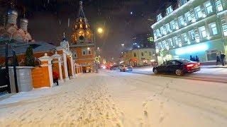 Смотреть видео Метель в Москве в декабре 2017 совсем не страшна, если ты гуляешь по улице в теплом пуховичке онлайн