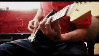 指痛いし、絆創膏大量消費せにゃならんし、弦に引っ掛かって弾きにくい...