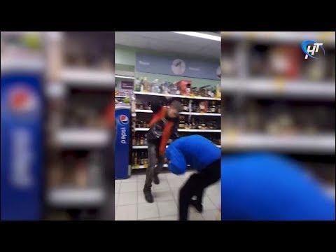 На видео попала драка в «Пятерочке» между группой молодых людей и сотрудником магазина