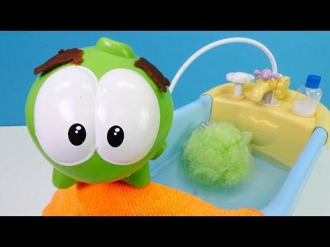 spielspaß-mit-omnom---ab-in-die-badewanne---spielzeugvideo-für-kinder