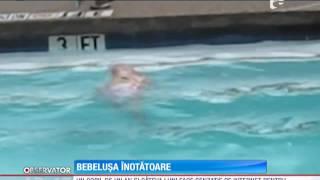Un copil de un an și patru luni înoată singur într-un bazin