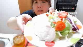 材料…鶏むね肉、砂糖小さじ1/2、塩小さじ1/2を両面に揉み込みます。(*^^*)