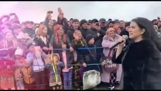Nilufar Usmonova Qarshidagi konsertda yomg'irda yig'ilgan minglab muxlislarni ko'rib hayratda qoldi