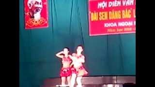 tiết mục nhảy no face no name no number cua 2 sinh viên đến từ khoa ngoại ngữ trường ĐHSP Hà Nội 2