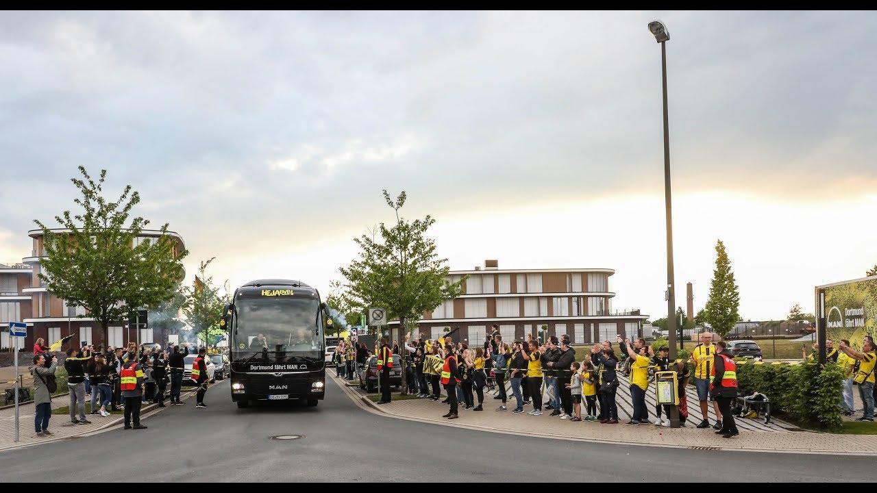 Die Fans empfangen das BVB-Team in Brackel