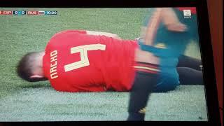 fotballspiller tilfredsstiller seg selv ute på banen under fotball VM 2018