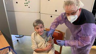 Vier impfteams rücken hier an, um 177 mitarbeiter und bewohner gegen covid-19 zu impfen. viel aufwand vor während der aktion. denn wer geimpft werden wil...