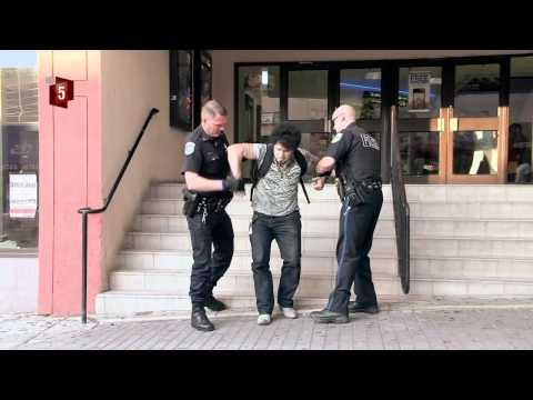 Påvirket person bliver fjernet fra gaden af det amerikanske politi