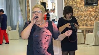 Бабушка красиво спела молодым на свадьбе