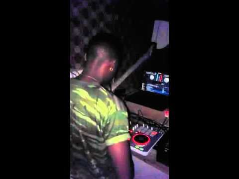 Dj naskid on tym table