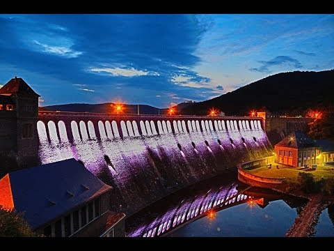 Die LED-Beleuchtung der Sperrmauer bei Nacht