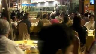 大きなシーフードレストランが立ち並ぶ通り。 夜にはこんなにたくさんの...