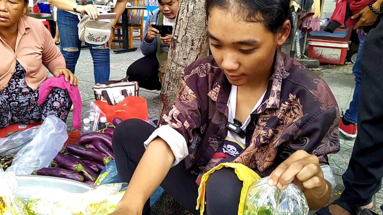 Chị khách dễ thương đến mua cà còn tặng quà em Nga thôn nữ bán cà tím nướng
