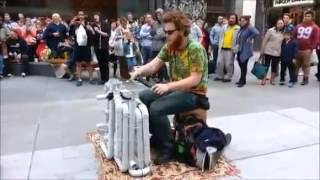 Artista de rua dá um show com canos de PVC
