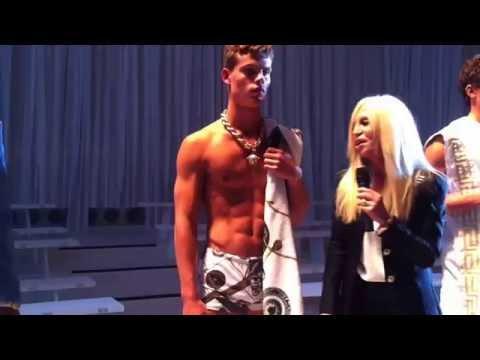 Donatella Versace spiega il suo uomo a l'Avana SS 15