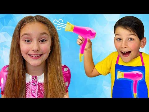 Sasha y Max peinan a su mamá en un salón de belleza de juguete | Concurso de estilistas para niños