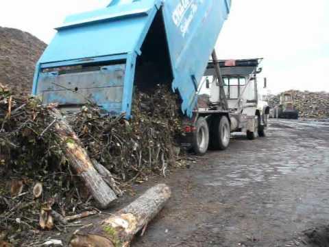 Cyclofor ,, Déchargement d'un  conteneur de biomasse forestière