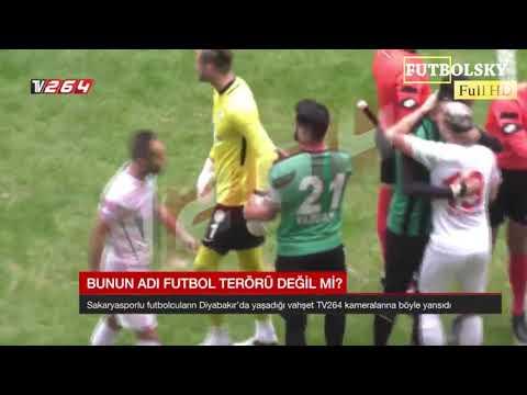 Un futbolista sale al campo con una cuchilla y corta a varios rivales