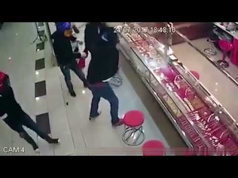 Robbers Try To Smash Open Jewellery Counter, Fail Miserably.