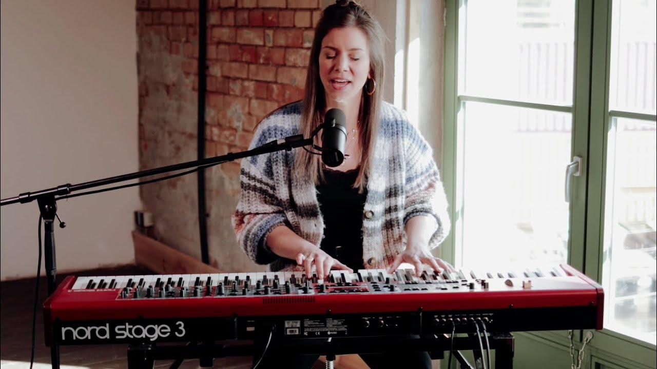 Lovely (acoustic cover) – Sophie Becker
