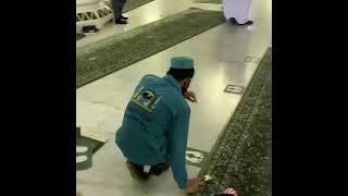 ازالة الملصقات من المسجد الحرام | الحمدلله الذي بنعمته تتم الصالحات |