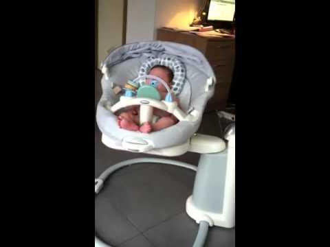 Schommelstoel Baby Graco.Iliano In De Schommelstoel Youtube
