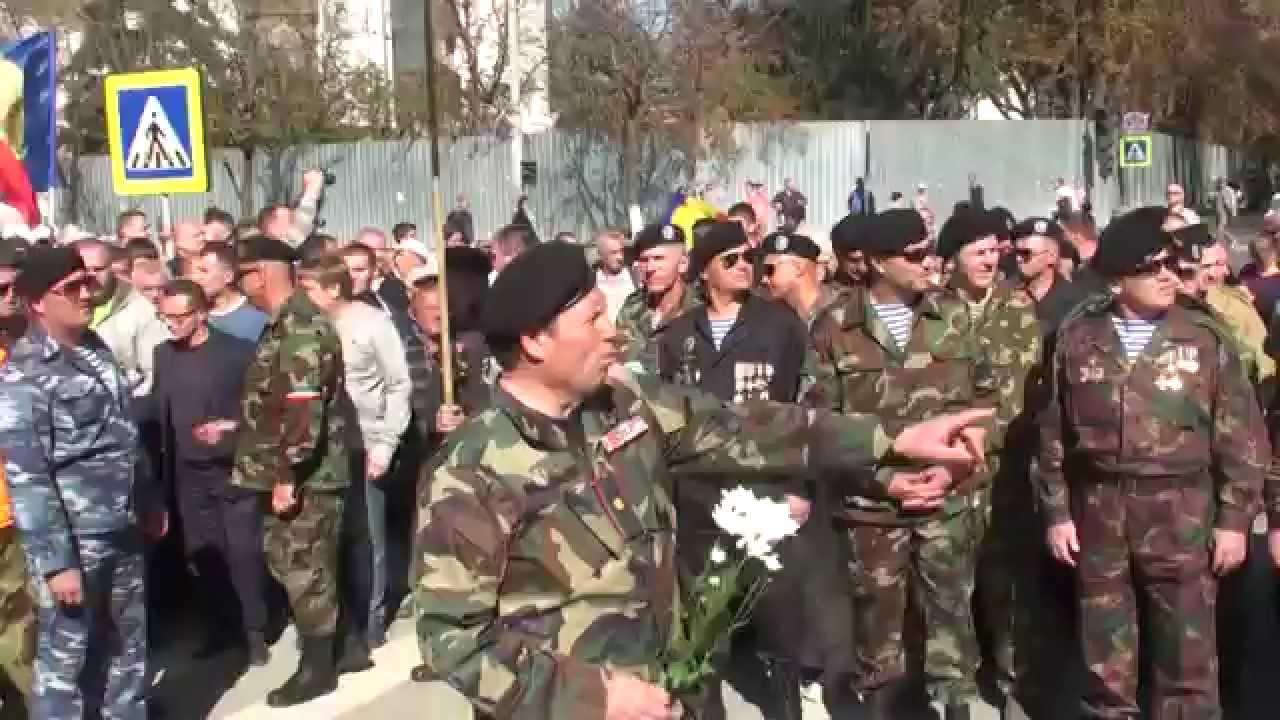 Momentul în care protestatarii rup cordonul poliției ca să intre în Parlament