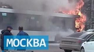 На Молодогвардейской улице на западе Москвы загорелся автобус