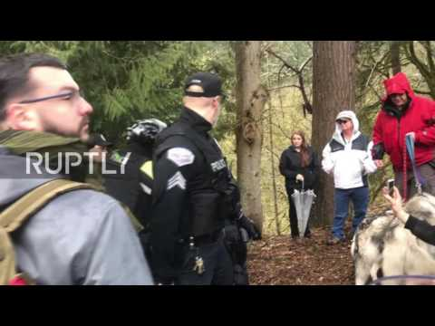 USA: Pro- and anti-Trump supporters clash at Lake Oswego