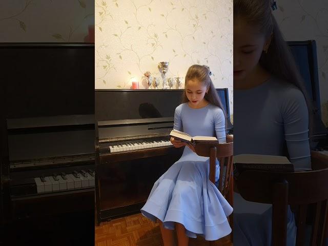 Изображение предпросмотра прочтения – ДарьяБелоус читает отрывок изпроизведения «Мертвые души.( Русь!)» Н.В.Гоголя