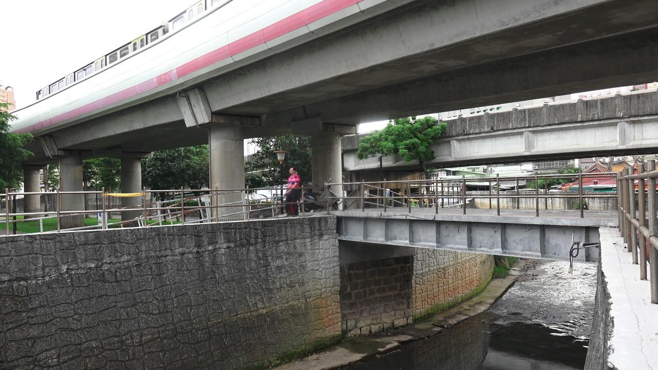 臺北捷運奇巖站旁 臺鐵 淡水線 鐵道橋遺構 - YouTube